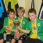 Geburtstagskind Jo, Tobi und Mario mit dem Pokal